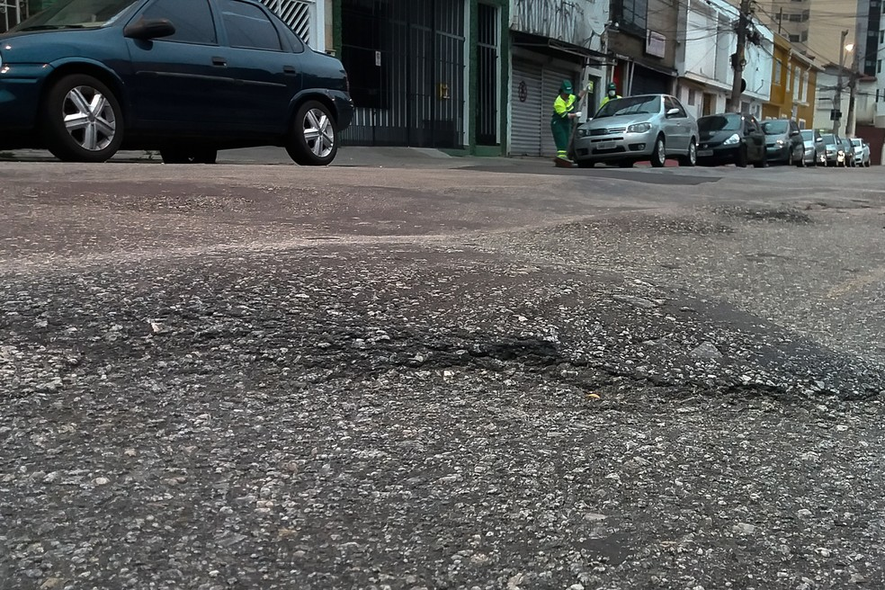Buraco em rua na Lapa, Zona Oesde de SP (Foto: Ronaldo Silva/Futura Press/Estadão Conteúdo)