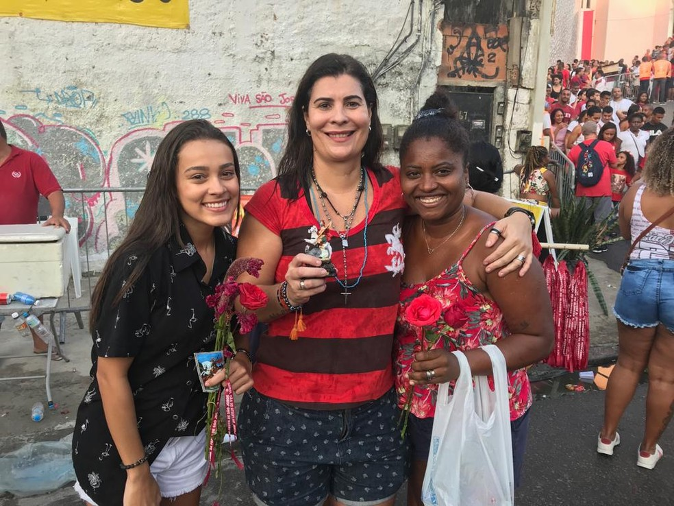 Algumas pessoas não conseguiram entrar na igreja e assistiram a Alvorada pelo telão — Foto: Alba Valéria Mendonça / G1 Rio