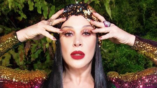 Claudia Raia se veste com as cores do arco-íris e internautas elogiam look
