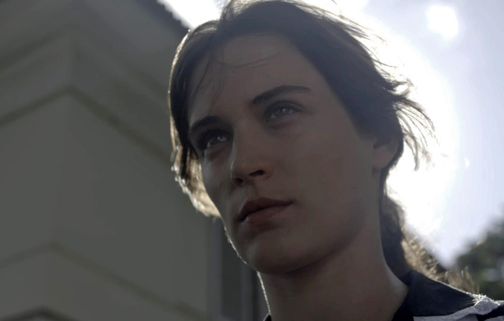 Clara tem a chance de encontrar os quadros que Beatriz lhe deu de presente (Foto: TV Globo)