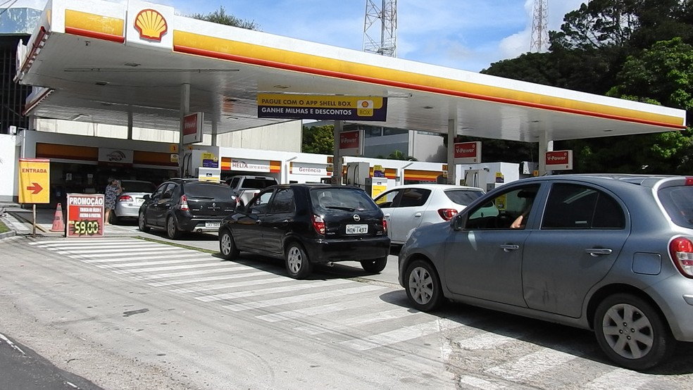 Postos têm fila na manhã desta sexta em Manaus (Foto: Adneison Severiano/G1 AM)