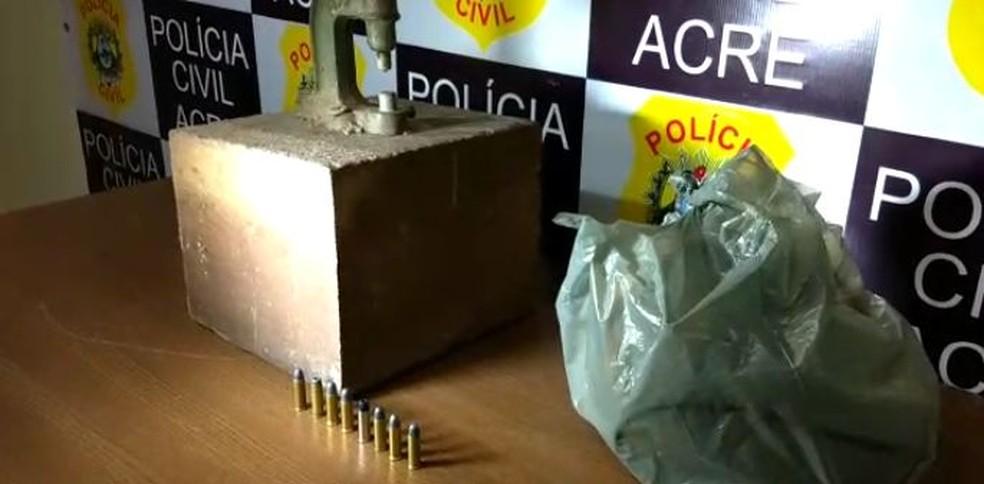 Prensa para recarregar munição foi apreendida (Foto: Aline Nascimento/G1)