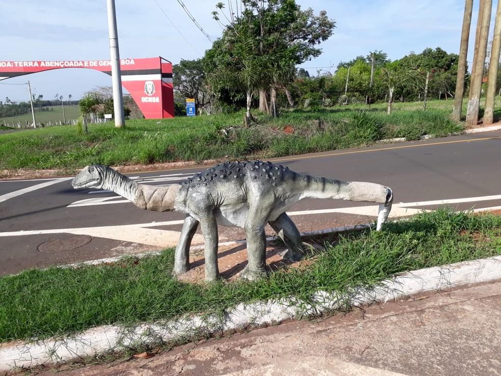 Marido de Siuze tenta consertar estátua de dinossauro em Uchoa após vandalismo — Foto: Arquivo Pessoal