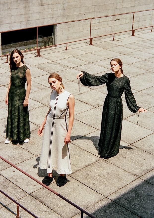 A partir da esquerda, vestido (R$ 3.997), tênis (R$ 697), vestido (R$ 1.597), mules (R$ 1.297) e vestido (R$ 4.597) (Foto: Thomas Tebet)