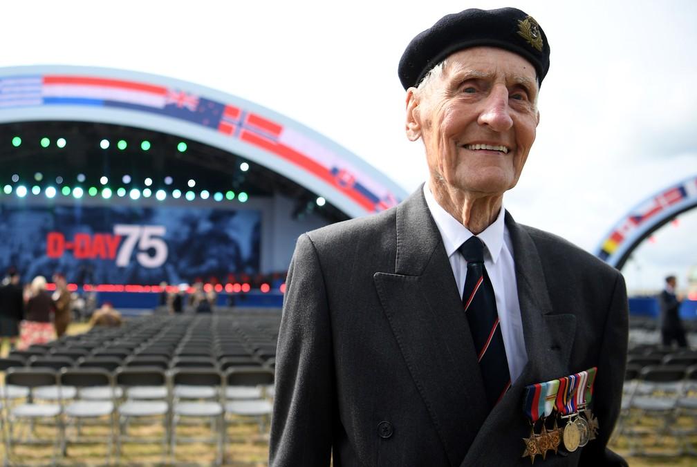 """Ex-combatente britânico da Segunda Guerra Jim Booth posa para foto durante as homenagens em Portmouth, Inglaterra, que marcaram os 75 anos do """"Dia D"""" nesta quarta-feira (5). — Foto: Daniel Leal-Olivas/AFP"""