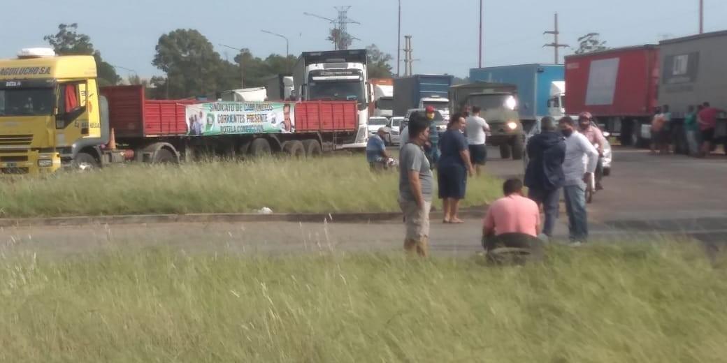Caminhoneiros argentinos bloqueiam passagem na fronteira com o RS devido a impasse por exames de Covid