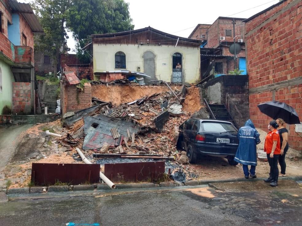 Muro desabou no bairro São José durante chuva — Foto: Defesa Civil