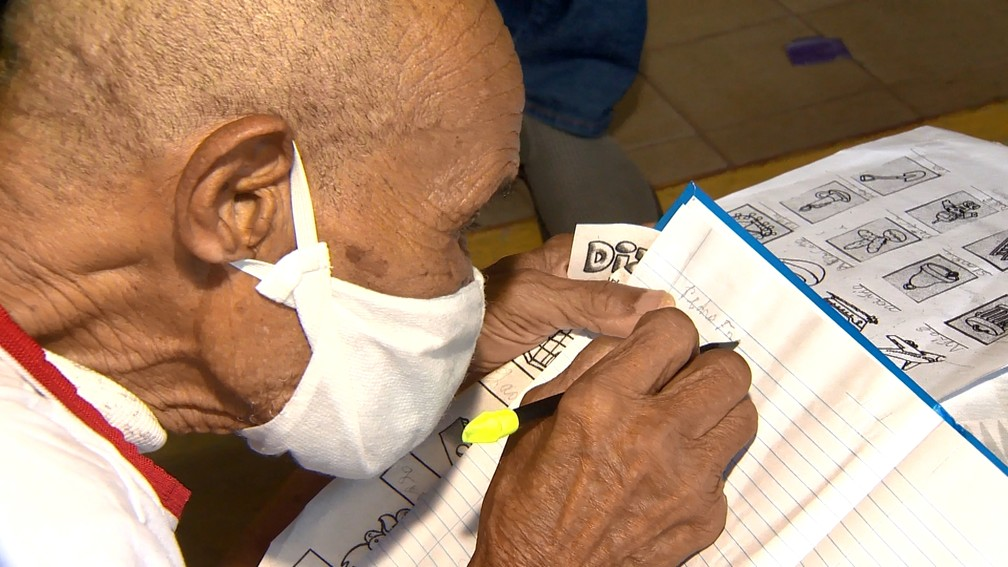 Pedro Francisco voltou a estudar com 102 anos no ES  — Foto: Reprodução/TV Gazeta