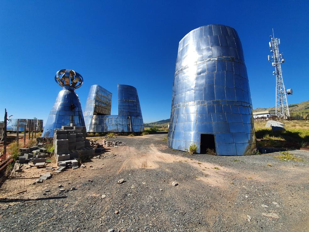 Peças de estátua gigante de Aparecida estão amontoadas — Foto: Fábio França/ G1