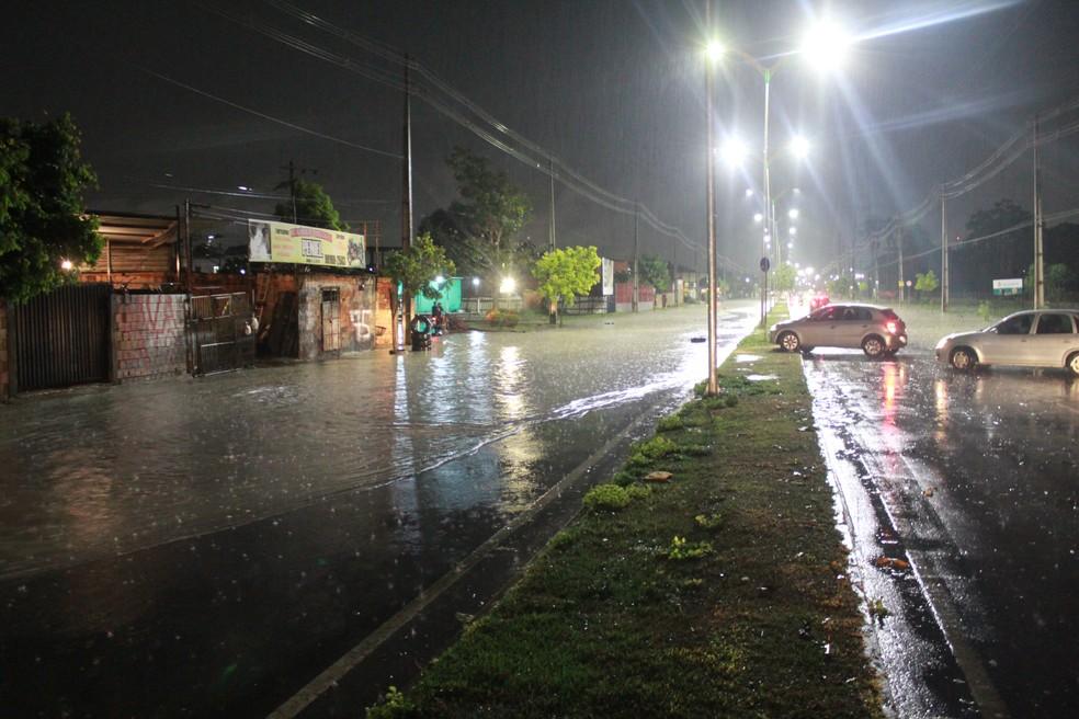 Trecho nos dois sentidos da Avenida Nathan Xavier ficou submerso — Foto: Rickardo Marques/G1 AM