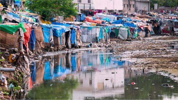 Sem drenagem adequada, a água parada nas favelas de Déli pode se tornar um terreno fértil para doenças (Foto: DBIMAGES / ALAMY STOCK PHOTO)