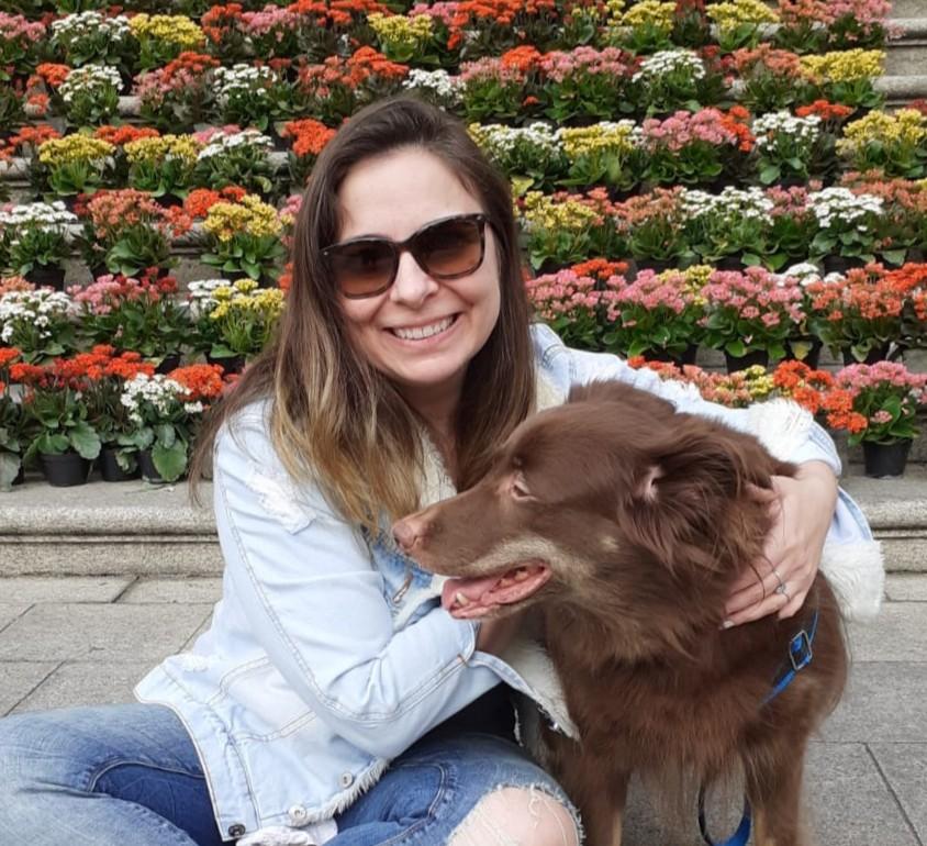 Mulher adota cãozinho epilético depois de 5 anos do 1º encontro entre os dois: 'Me esperou'
