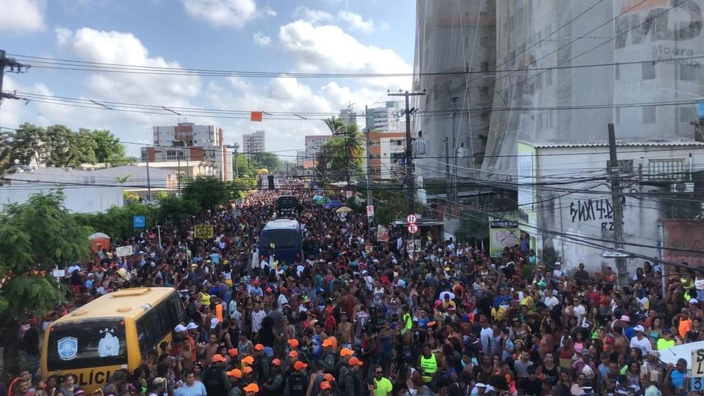 Milhares de pessoas acompanharam desfile do CDU Folia, no bairro da Várzea, na Zona Oeste do Recife, neste domingo (26) — Foto: Danilo César/TV Globo