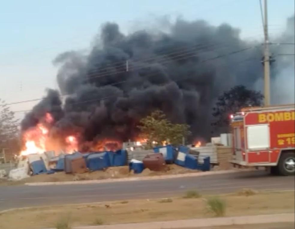 Fogo atingiu oficina de reciclagem em Palmas (Foto: Divulgação)