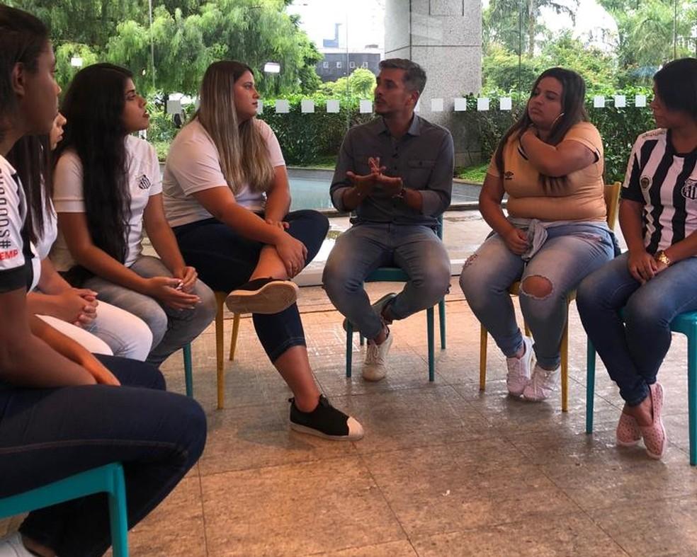 Torcedoras do Santos conversam com o apresentador Ivan Moré — Foto: Felipe Ruiz