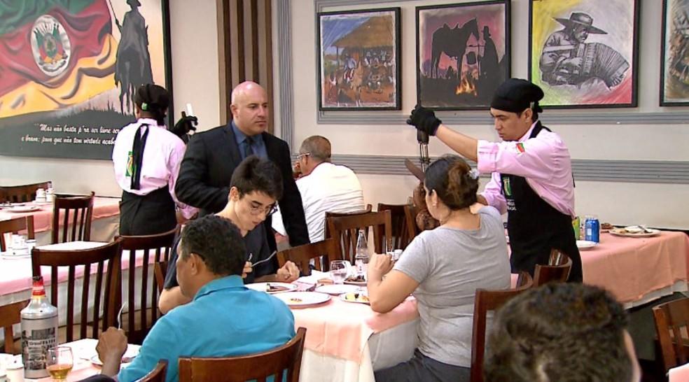 Foto mostra restaurante em Ribeirão Preto (SP). Custo da alimentação fora de casa subiu 0,21% em novembro no país, segundo o IBGE — Foto: Valdinei Malaguti/ EPTV