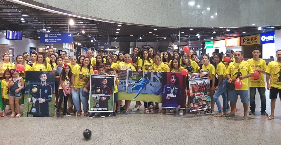 Dezenas de familiares e amigos se reuniram para homenagear Dyogo durante a chegada. — Foto: Rafaela Duarte/Agência Diário