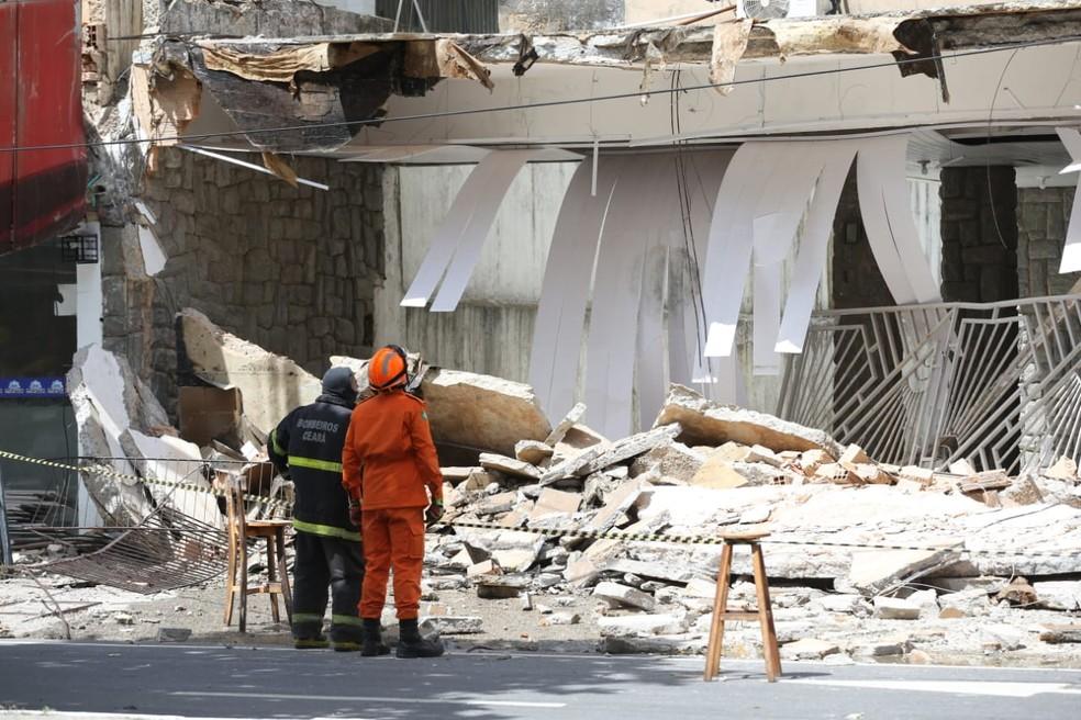 Bombeiros retiram moradores de prédios do entorno onde ocorreu o desabamento da fachada. — Foto: Fabiane de Paula/ SVM
