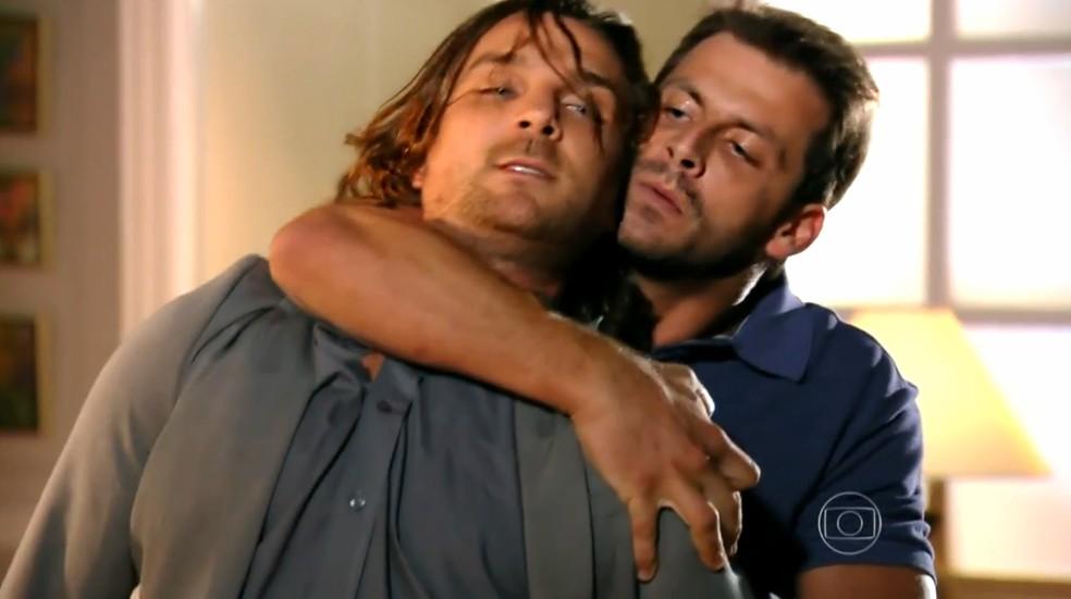 Cassiano (Henri Castelli) tem embate decisivo com Alberto (Igor Rickli) - 'Flor do Caribe' — Foto: Globo