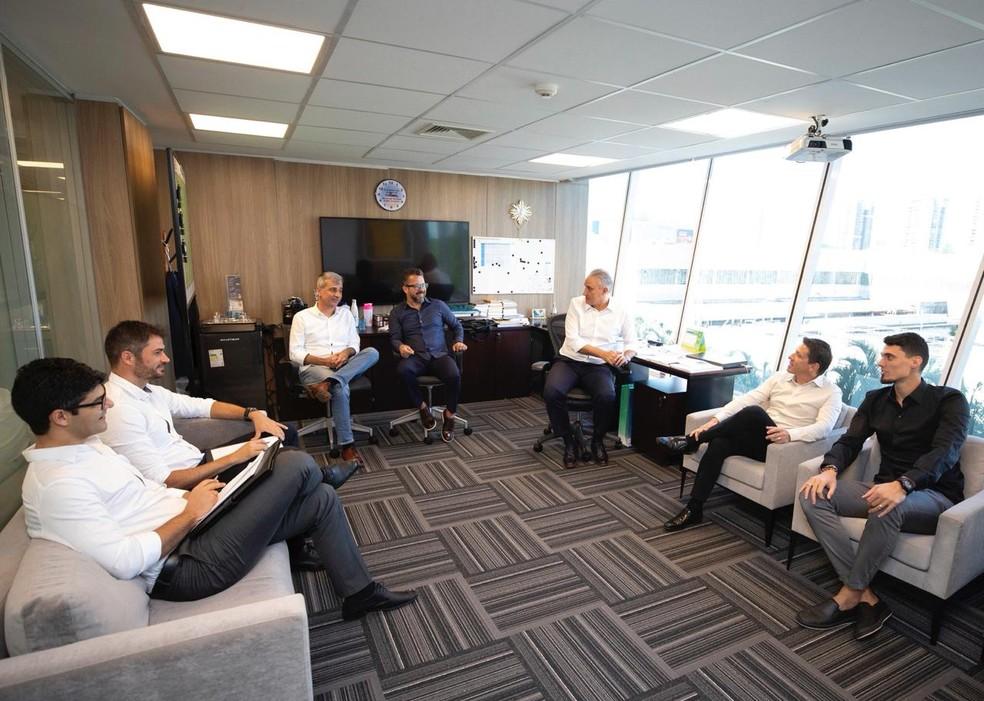 Tite, Juninho Paulista e auxiliares e observadores da Seleção na primeira reunião com novo coordenador na última segunda, na CBF — Foto: Lucas Figueiredo/CBF