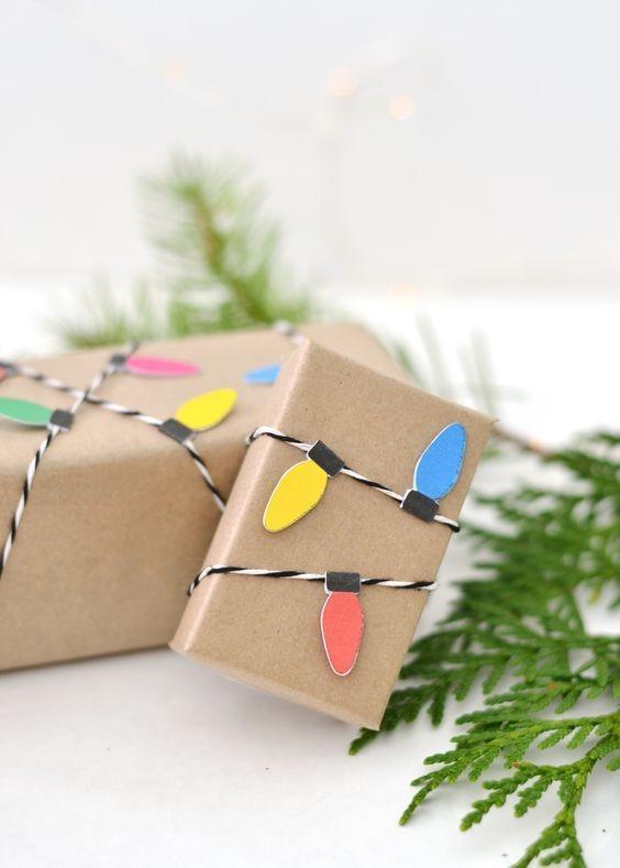 Pacote em papel pardo com pisca-pisca (Foto: Pinterest)