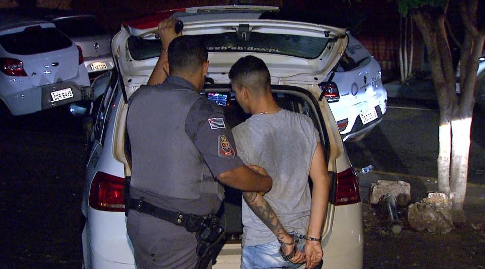 Jovem é preso por suspeita de assaltar apartamento de empresário em Ribeirão Preto (Foto: Alexandre Sá/EPTV)