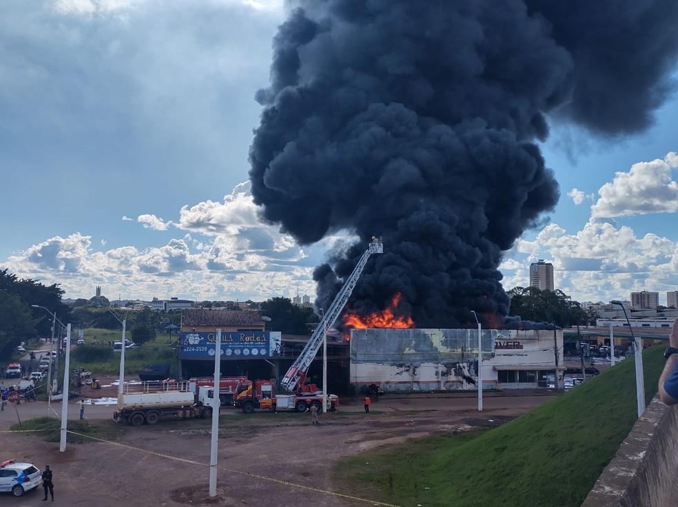 Incêndio visto de cima do viaduto em Porto Velho — Foto: Rede Amazônica