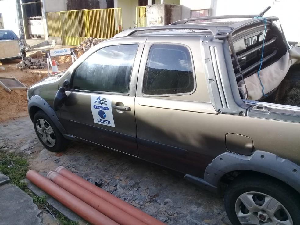 Carro usado pelos trabalhadores terceirizados da Caern foi roubado — Foto: Divulgação