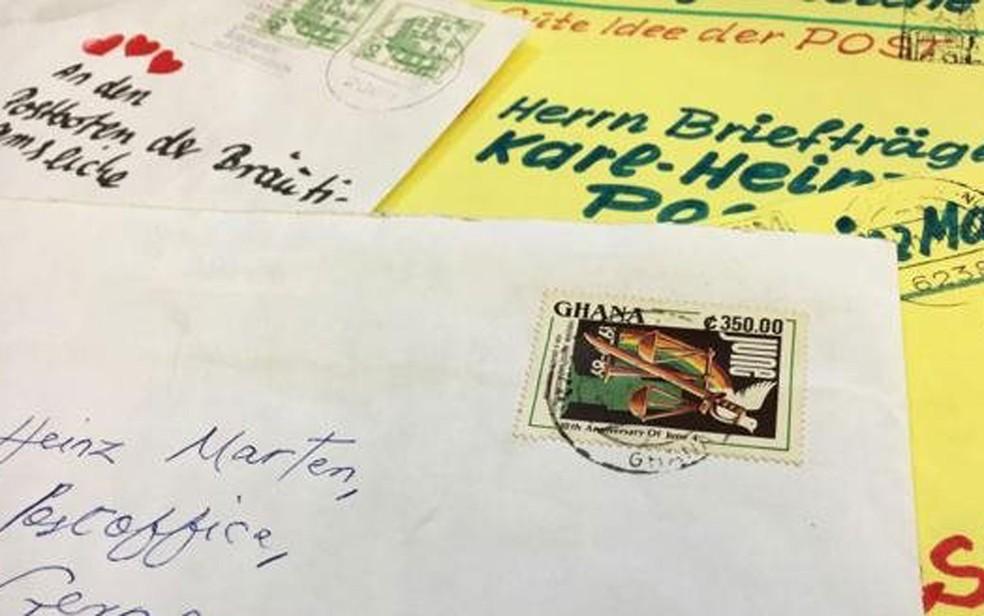 Martens foi carteiro por 20 anos e entregou cartas de seis continentes para o carvalho (Foto: Eliot Stein/BBC)