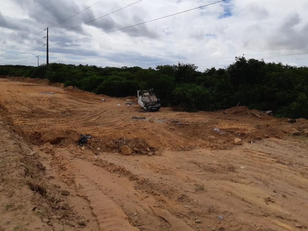 Ambulância capotou próximo ao trevo de Extremoz — Foto: PRF/Divulgação