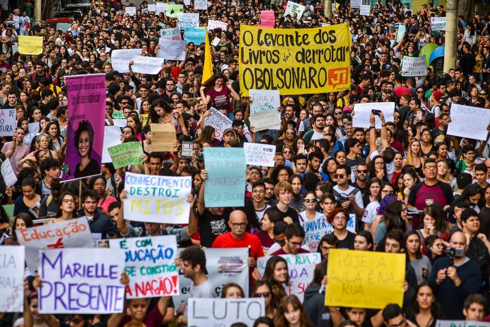 São José dos Campos (SP) - Manifestantes protestam contra bloqueios na educação na Praça Afonso Pena, no centro — Foto: Lucas Lacaz Ruiz/Estadão Conteúdo