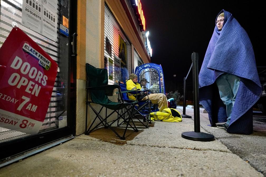 Black Friday: clientes ficaram na fila esperando promoções de loja de games por até oito horas em La Grange, Kentucky, nesta sexta-feira (27). — Foto: REUTERS/Bryan Woolston
