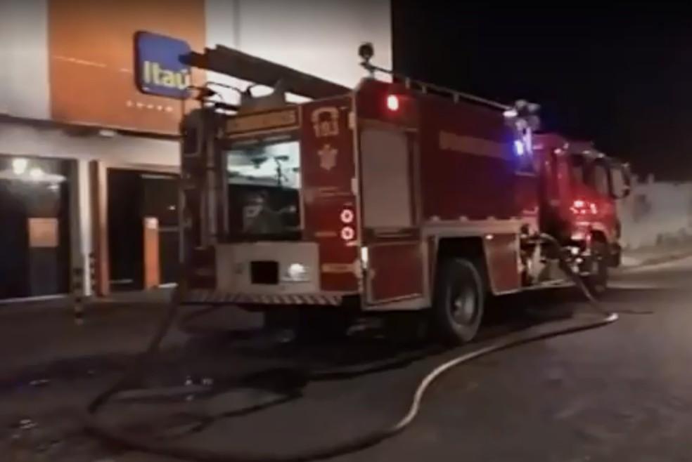 Corpo de Bombeiros é acionado para conter fogo em prédio do banco Itaú, em Fortaleza.  (Foto: Reprodução)