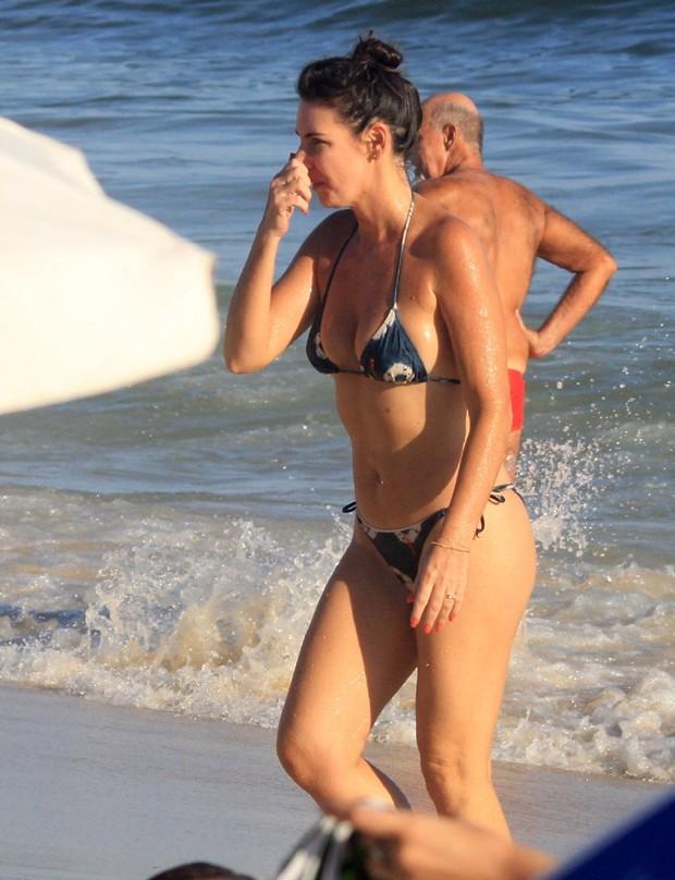Glenda Kozlowski na Praia de Ipanema (Foto: Julio Cesar/ AgNews)
