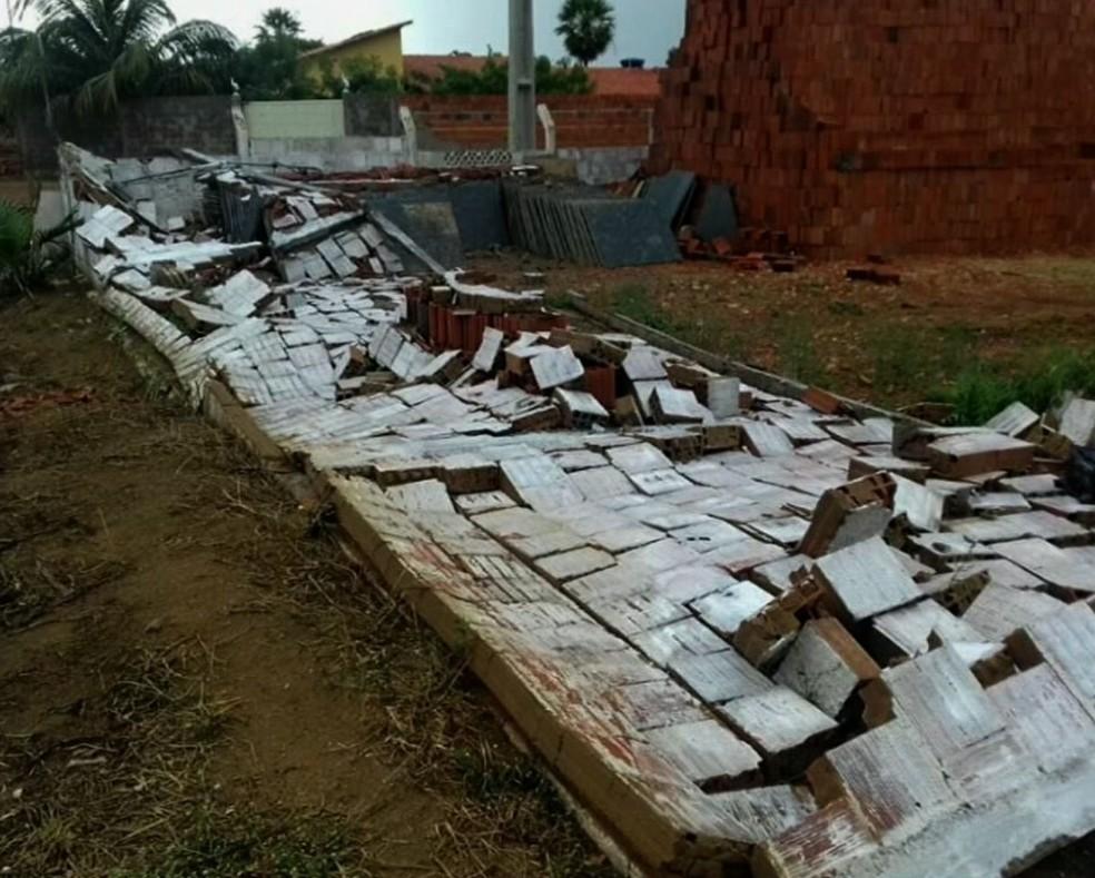 Muro desabou em Viçosa do Ceará com as forças dos ventos (Foto: TV Verdes Mares/Reprodução)