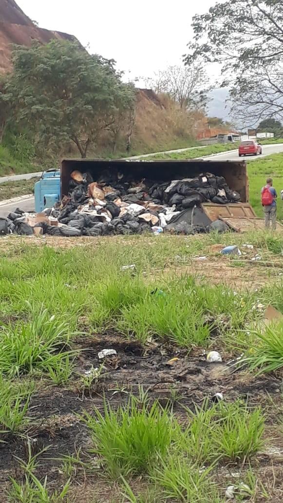 Motorista perde o controle da direção e caminhão tomba na BR-116, em Governador Valadares