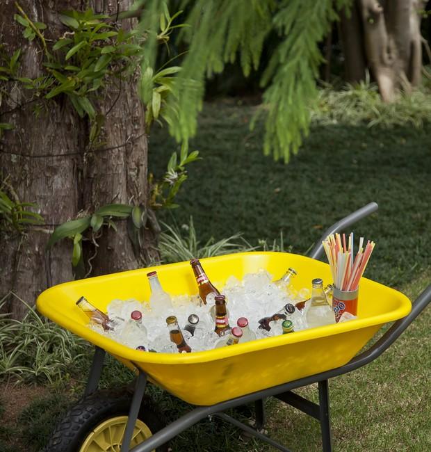 Carrinho de mão amarelo Rovelu com garrafas e gelo. (Foto: Cacá Bratke / Editora Globo)
