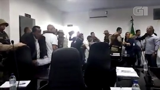 Vídeo mostra pancadaria durante sessão que julgaria cassação de vereadores no oeste da BA