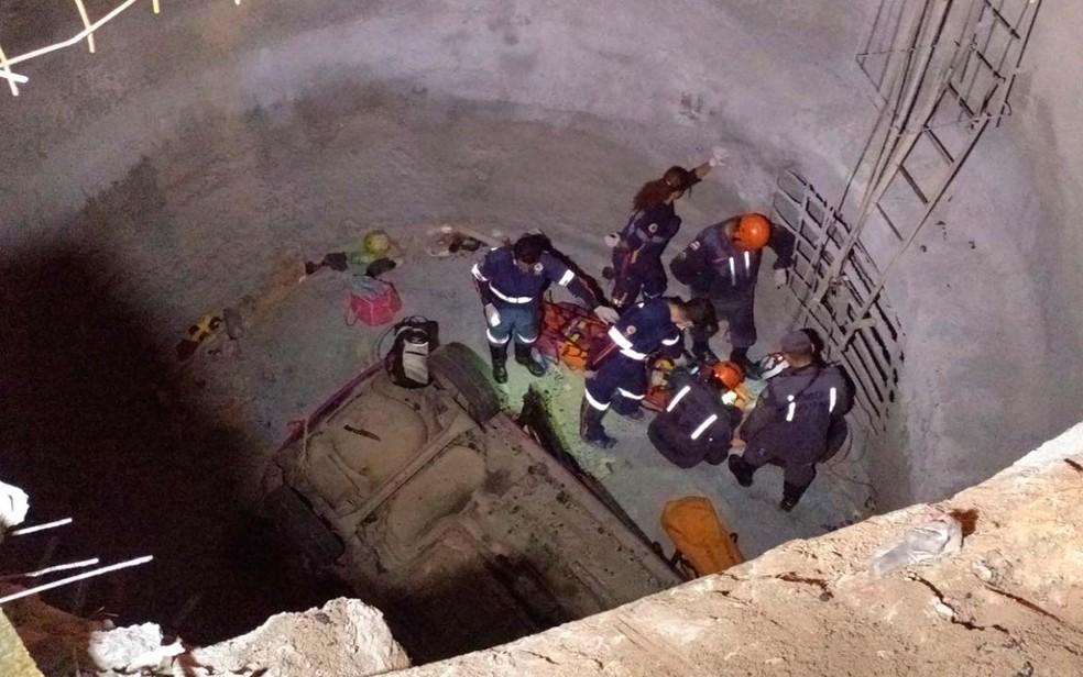 Um morre e dois ficam feridos após carro cair em buraco de obra em Lauro de Freitas, na região metropolitana de Salvador (Foto: Divulgação/Corpo de Bombeiros)