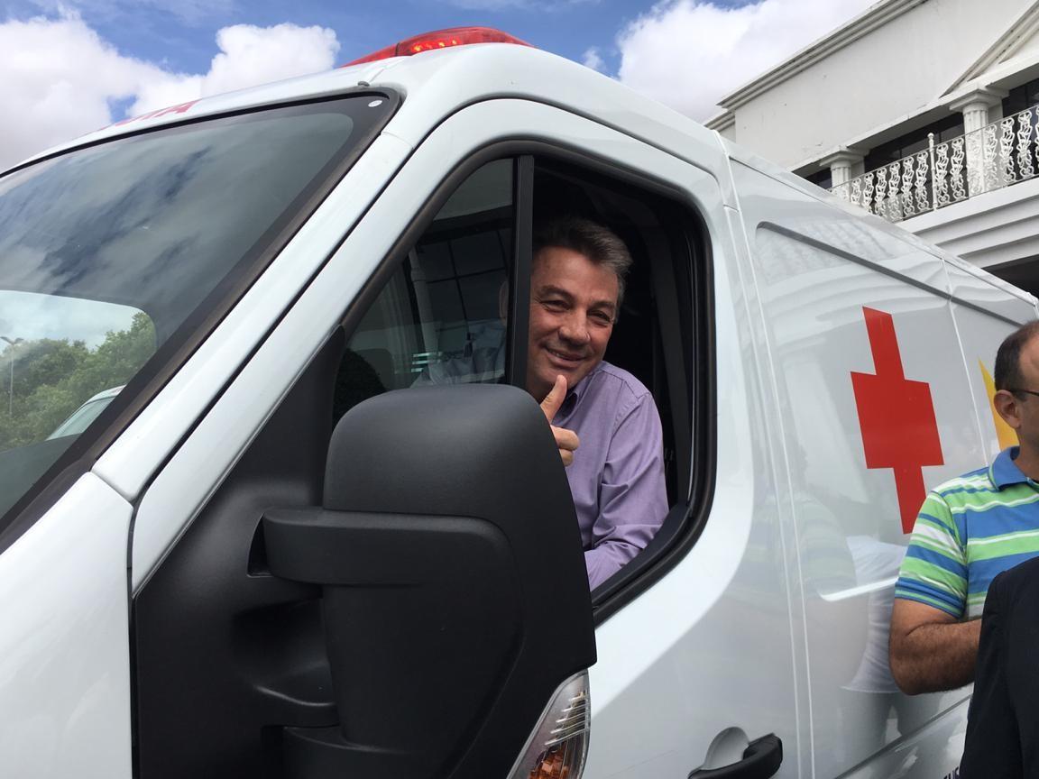 Governo entrega ambulâncias a 3 municípios, mas veículos não têm data para chegar às cidades