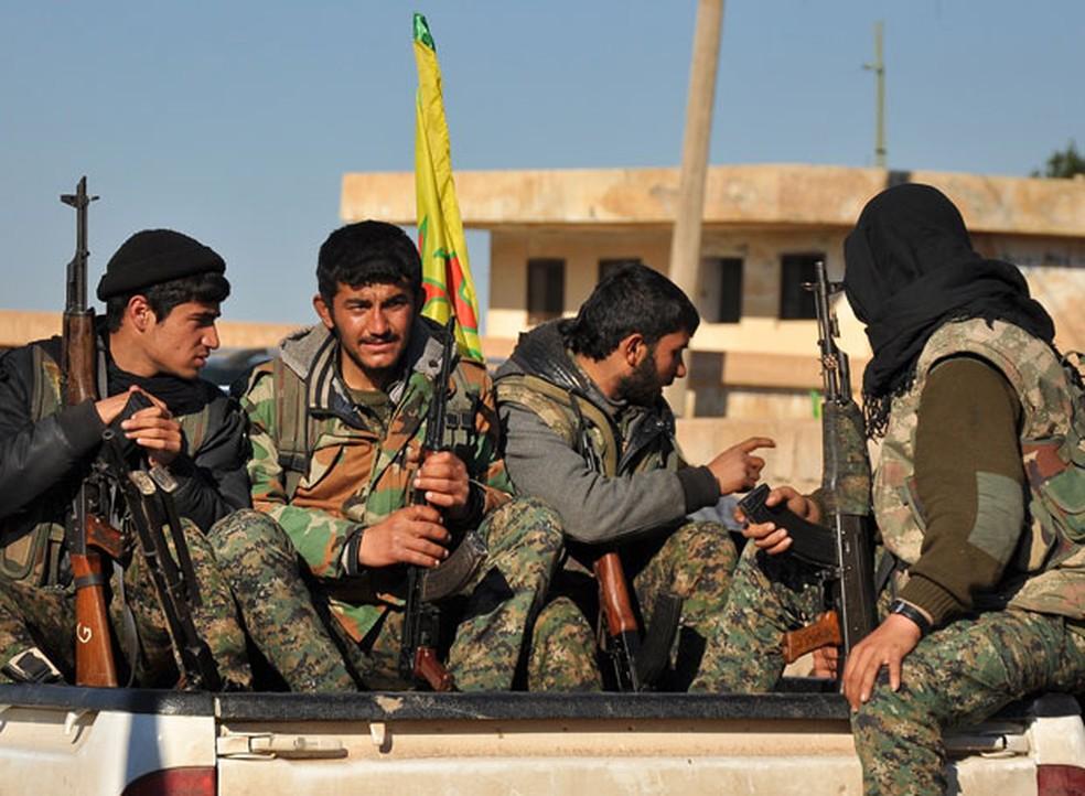 -  Milicianos das Unidades de Proteção do Povo Curdo  YPG  em Tal Hamis  Foto: Delil Souleiman/AFP