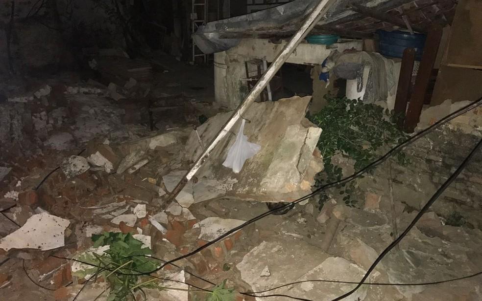 Muro que caiu ficava no quintal da casa das vítimas, no bairro José Pinheiro. (Foto: Artur Lira/G1)