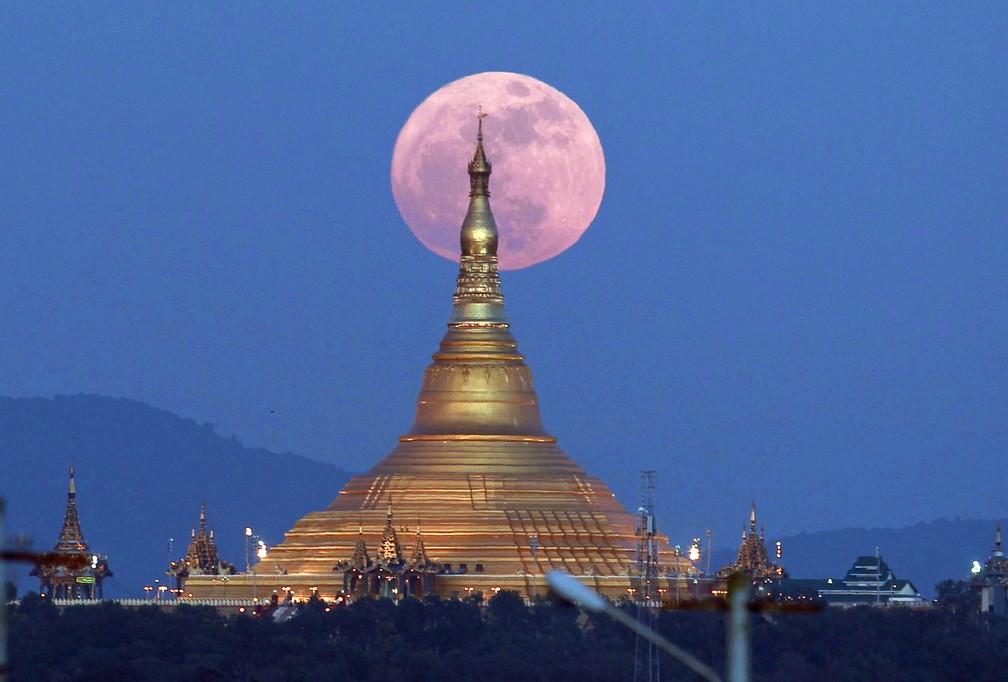 Foto da Superlua atrás de Pagoda em Mianmar, país do sudeste Asiático (Foto: Aung Shine Oo/AP)