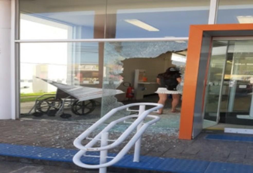 Vidraça da agência do Itaú do Janga, em Paulista, no Grande Recife, foi quebrada em assalto, nesta sexta-feira (5) — Foto: Reprodução/WhatsApp