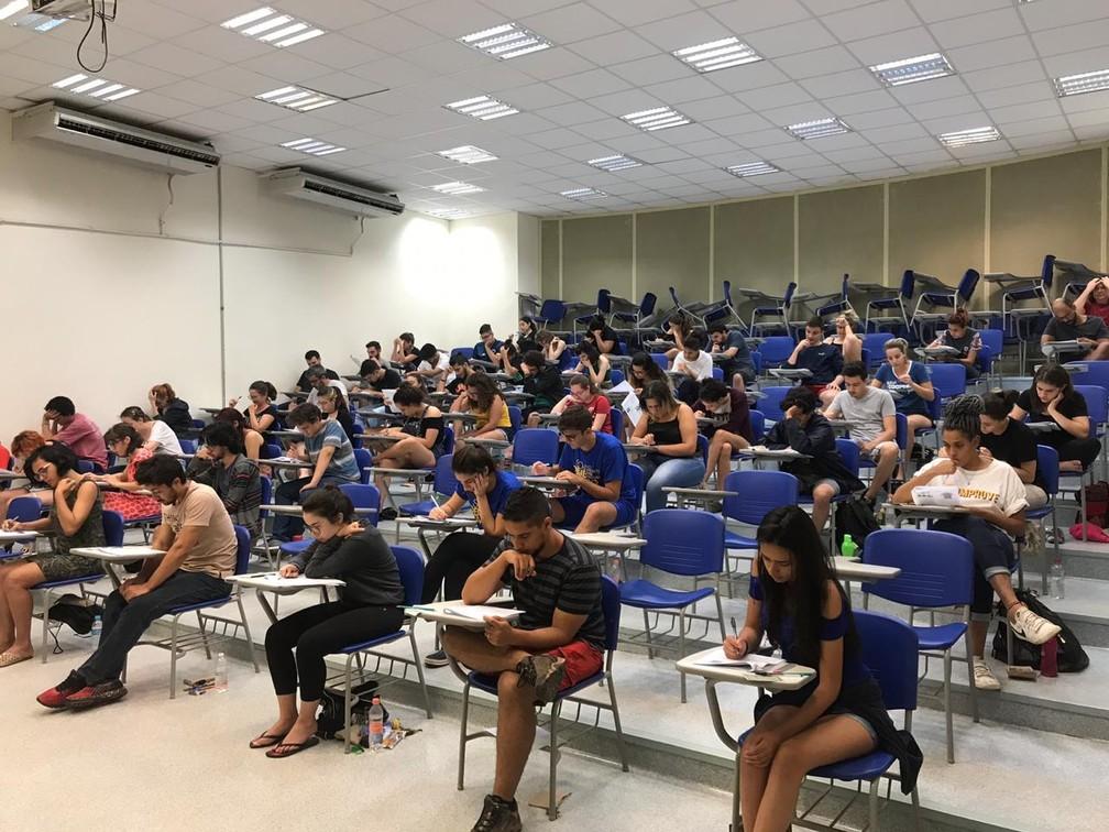 Estudantes durante a primeira fase do vestibular 2019, em Campinas — Foto: Letícia Baptista/G1