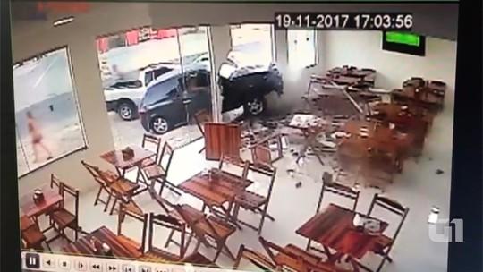 Carro invade padaria na Grande Natal e por pouco não atinge quatro pessoas; veja vídeo