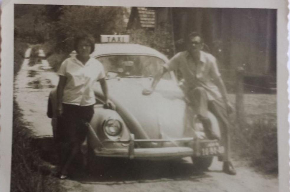 O fusca que foi um dos primeiros veículos que Juvenal dirigiu como taxista, em meados dos anos 60, quando o táxi ainda era um trabalho extra (Foto: Arquivo Pessoal )