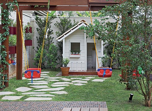 As paisagistas Daniela e Maria do Rosário Ruiz e Drica Diogo, da Pateo Arquitetura e Paisagismo, criaram esta área infantil no jardim. O pergolado sustenta os balanços de plástico, que ficam protegidos pela sombra da ipomeia-rubra (Foto: Evelyn Müller / Casa e Jardim)