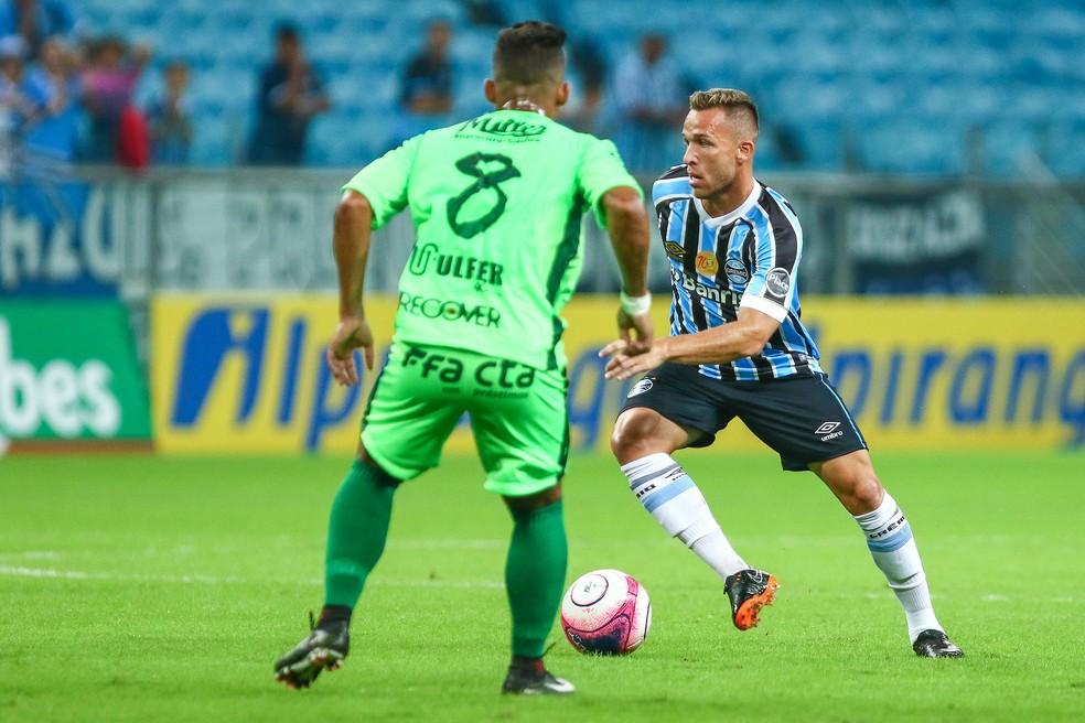 Arthur contra o Avenida  (Foto: Lucas Uebel / Grêmio, DVG)