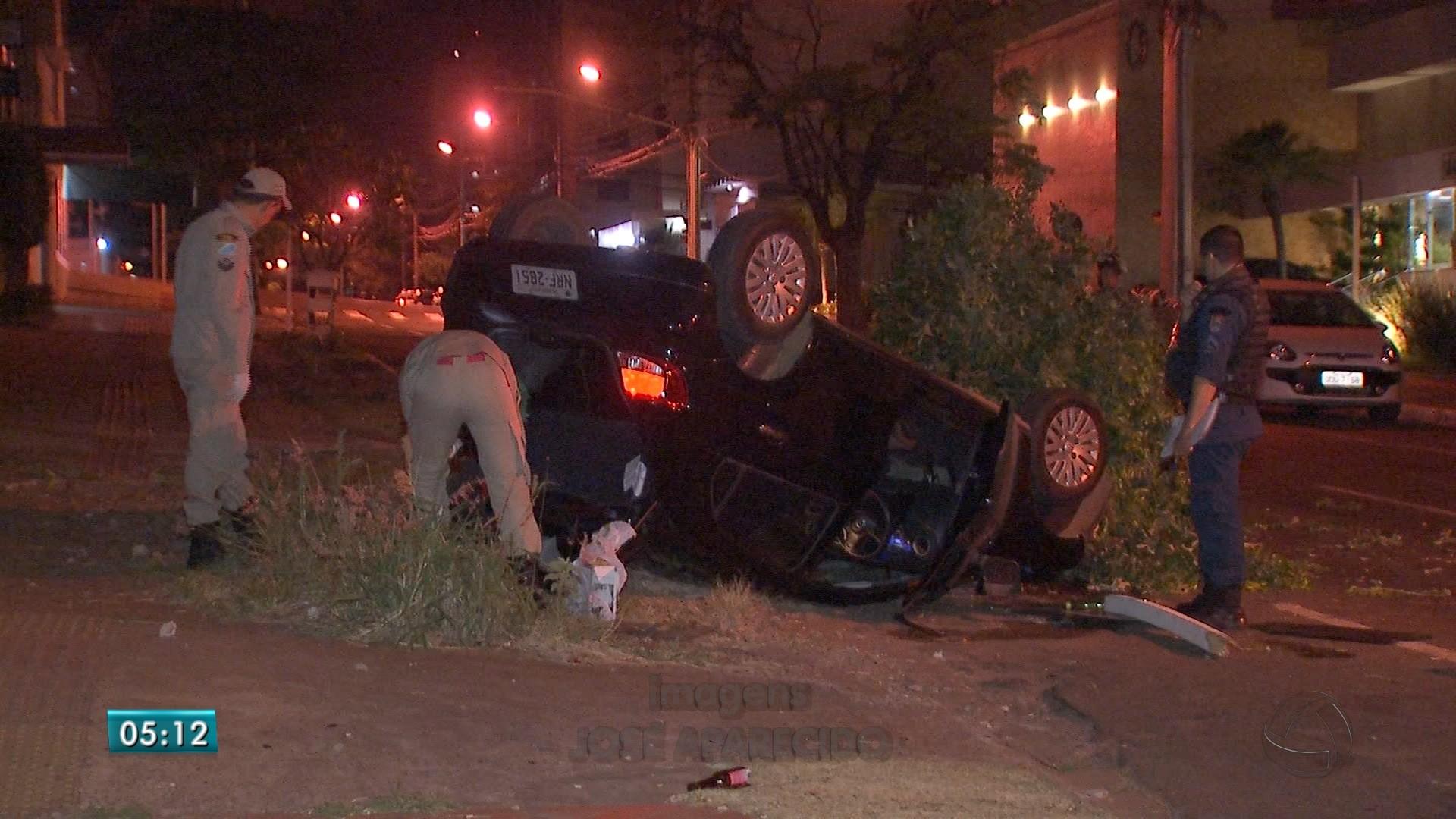 Motorista capota carro, arranca árvore e lixeira no Centro de Campo Grande